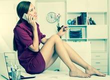 Ελκυστική συνεδρίαση επιχειρησιακών γυναικών στο λειτουργώντας γραφείο στο γραφείο Στοκ Εικόνες
