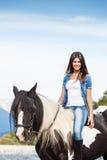 Ελκυστική συνεδρίαση νέων κοριτσιών στο άλογο Στοκ φωτογραφία με δικαίωμα ελεύθερης χρήσης