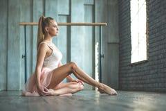 Ελκυστική συνεδρίαση χορευτών μπαλέτου στο πάτωμα στοκ φωτογραφία με δικαίωμα ελεύθερης χρήσης