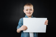 Ελκυστική τοποθέτηση παιδιών με το φύλλο του εγγράφου Στοκ φωτογραφία με δικαίωμα ελεύθερης χρήσης