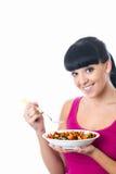 Ελκυστική υγιής νέα γυναίκα που κρατά ένα κύπελλο φρέσκου ζωηρόχρωμου Στοκ Φωτογραφία