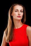 ελκυστική φορεμάτων γυναίκα στούντιο πορτρέτου κόκκινη καλυμμένη στοκ εικόνα με δικαίωμα ελεύθερης χρήσης