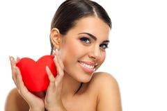 Ελκυστική χαμογελώντας γυναίκα με την καρδιά Στοκ φωτογραφία με δικαίωμα ελεύθερης χρήσης