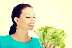 Ελκυστική χαμογελώντας γυναίκα με το φρέσκο salat Στοκ φωτογραφία με δικαίωμα ελεύθερης χρήσης