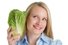 Ελκυστική χαμογελώντας γυναίκα που κρατά το φρέσκο μαρούλι Στοκ φωτογραφία με δικαίωμα ελεύθερης χρήσης
