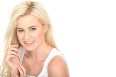 Ελκυστική χαριτωμένη ντροπαλή νέα γυναίκα που φαίνεται ευτυχές και χαλαρωμένο χαμόγελο Στοκ Εικόνα