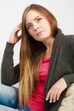 Ελκυστική χαλάρωση γυναικών στον καναπέ στοκ φωτογραφία με δικαίωμα ελεύθερης χρήσης