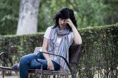 Ελκυστική όμορφη λατινική γυναίκα που αισθάνεται λυπημένη και καταθλιπτική Στοκ φωτογραφία με δικαίωμα ελεύθερης χρήσης