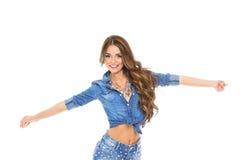 Ελκυστική όμορφη ευτυχής νέα γυναίκα στο πουκάμισο και τα τζιν τζιν στοκ εικόνα με δικαίωμα ελεύθερης χρήσης