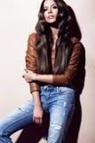 Ελκυστική όμορφη μοντέρνη γυναίκα με τις μπούκλες ασυνήθιστες στα καθημερινά ενδύματα Πρόσωπο και σώμα ομορφιάς Πυροβολισμοί δοκι Στοκ εικόνες με δικαίωμα ελεύθερης χρήσης