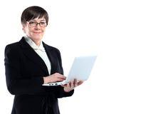 Ελκυστική ώριμη επιχειρησιακή γυναίκα με το lap-top Στοκ Φωτογραφία