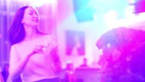 Ελκυστικοί μακρυμάλλεις καφετής-μαλλιαροί χοροί γυναικών υπέροχα κατά τη διάρκεια ενός κόμματος απόθεμα βίντεο