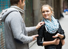 Ελκυστικός άνδρας σπουδαστής που χαράζει το ευτυχές κορίτσι κατά την υπαίθρια ημερομηνία στοκ φωτογραφία με δικαίωμα ελεύθερης χρήσης