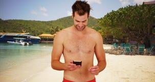 Ελκυστικός άσπρος τύπος σε μια χρησιμοποίηση θερέτρου που χρονολογεί app στο τηλέφωνό του Στοκ εικόνες με δικαίωμα ελεύθερης χρήσης