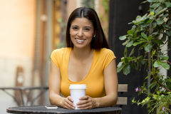 Ελκυστικός λατινικός καφές κατανάλωσης συνεδρίασης γυναικών Στοκ εικόνες με δικαίωμα ελεύθερης χρήσης