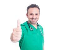 Ελκυστικός γιατρός χαμόγελου που δίνει τον αντίχειρα επάνω Στοκ φωτογραφία με δικαίωμα ελεύθερης χρήσης