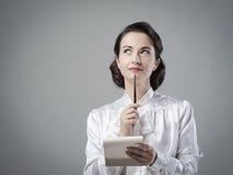 Ελκυστικός εκλεκτής ποιότητας γραμματέας που παίρνει τις σημειώσεις Στοκ Φωτογραφία