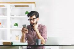 Ελκυστικός επιχειρηματίας που χρησιμοποιεί το κινητό τηλέφωνο Στοκ εικόνες με δικαίωμα ελεύθερης χρήσης