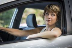 Ελκυστικός θηλυκός οδηγός στη ρόδα του αυτοκινήτου της Στοκ Φωτογραφία