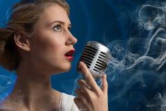 Ελκυστικός θηλυκός τραγουδιστής με το μικρόφωνο Στοκ φωτογραφία με δικαίωμα ελεύθερης χρήσης