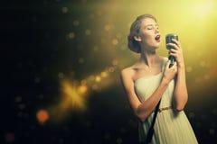 Ελκυστικός θηλυκός τραγουδιστής με το μικρόφωνο Στοκ Εικόνα