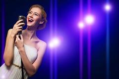 Ελκυστικός θηλυκός τραγουδιστής με το μικρόφωνο Στοκ Εικόνες