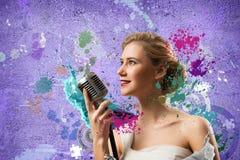 Ελκυστικός θηλυκός τραγουδιστής με το μικρόφωνο Στοκ Φωτογραφία