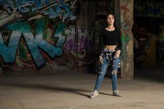 Ελκυστικός θηλυκός χορευτής έτοιμος να χορεψει Στοκ Εικόνες