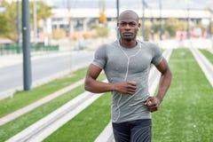 Ελκυστικός μαύρος που τρέχει στο αστικό υπόβαθρο Στοκ Εικόνες