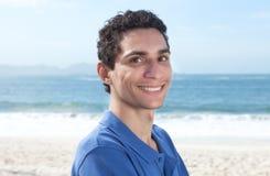 Ελκυστικός μεξικάνικος τύπος στην παραλία Στοκ φωτογραφία με δικαίωμα ελεύθερης χρήσης