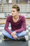 Ελκυστικός μπλε eyed, ξανθός νεαρός άνδρας Στοκ Εικόνες
