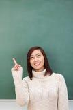 Ελκυστικός νέος ασιατικός σπουδαστής που δείχνει προς τα πάνω Στοκ Φωτογραφία