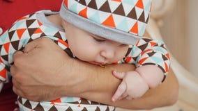 Ελκυστικός νέος ενιαίος μπαμπάς που ξοδεύει κάποιο χρόνο με το μωρό του στο σπίτι φιλμ μικρού μήκους