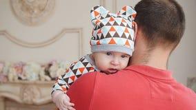 Ελκυστικός νέος ενιαίος μπαμπάς που ξοδεύει κάποιο χρόνο με το μωρό του στο σπίτι απόθεμα βίντεο