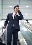 Ελκυστικός νέος επιχειρηματίας που μιλά στο κινητό τηλέφωνο Στοκ Εικόνες