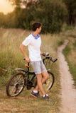 Ελκυστικός νέος τύπος με το οδικό ποδήλατο υπαίθρια Στοκ εικόνες με δικαίωμα ελεύθερης χρήσης