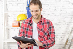 Ελκυστικός νεαρός άνδρας που χρησιμοποιεί την ταμπλέτα για DIY Στοκ Εικόνα