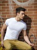Ελκυστικός νεαρός άνδρας στο αστικό περιβάλλον στοκ φωτογραφία με δικαίωμα ελεύθερης χρήσης