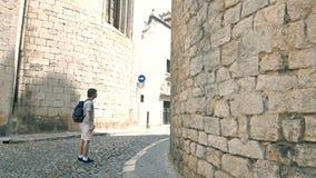 Ελκυστικός νεαρός άνδρας touristl, στο ιστορικό κτήριο στην Ισπανία απόθεμα βίντεο