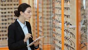 Ελκυστικός οπτικός που εργάζεται με την ταμπλέτα στην οπτική φιλμ μικρού μήκους