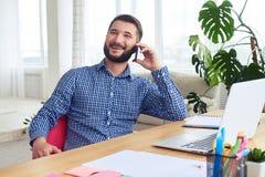 Ελκυστικός τύπος που μιλά στο τηλέφωνο και το χαμόγελο Στοκ εικόνα με δικαίωμα ελεύθερης χρήσης