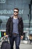 Ελκυστικό άτομο με τα γυαλιά ηλίου και τις αποσκευές Στοκ Εικόνα