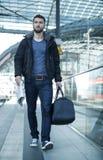 Ελκυστικό άτομο με την τσάντα ταξιδιού Στοκ Φωτογραφία