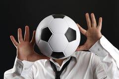 Ελκυστικό άτομο με το άσπρο πουκάμισο και το ποδόσφαιρο Στοκ Φωτογραφίες