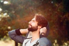 Ελκυστικό άτομο που απολαμβάνει τον ήλιο θερμό, κινηματογράφηση σε πρώτο πλάνο Στοκ εικόνα με δικαίωμα ελεύθερης χρήσης