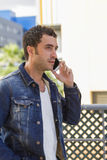 Ελκυστικό άτομο που μιλά με το κινητό τηλέφωνο Στοκ Εικόνες