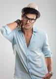 Ελκυστικό άτομο που φορά τα γυαλιά και το καπέλο Στοκ Εικόνες
