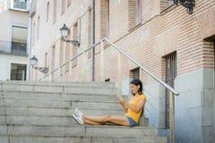 Ελκυστικό λατινικό γυναικών στο έξυπνο τηλέφωνό της Στοκ Φωτογραφία