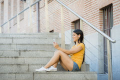 Ελκυστικό λατινικό γυναικών στο έξυπνο τηλέφωνό της Στοκ φωτογραφία με δικαίωμα ελεύθερης χρήσης
