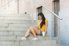 Ελκυστικό λατινικό γυναικών στο έξυπνο τηλέφωνό της Στοκ Φωτογραφίες